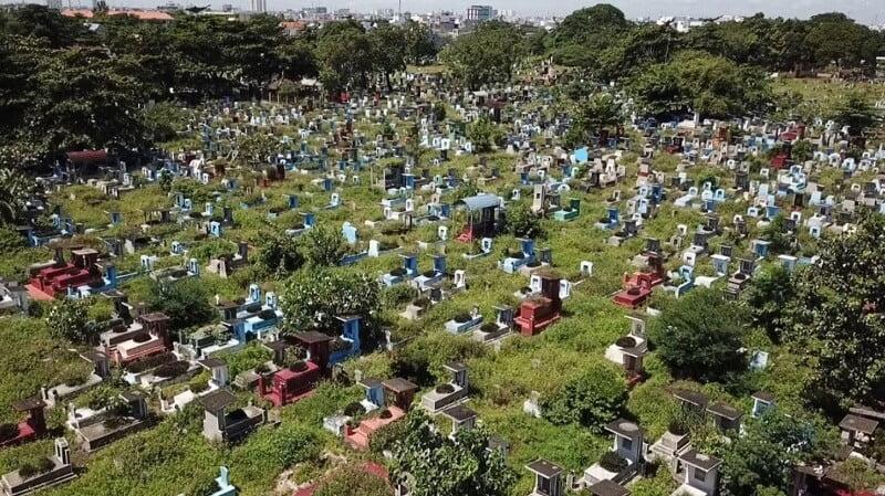Một góc nghĩa trang Bình Hưng Hòa nhìn từ trên cao