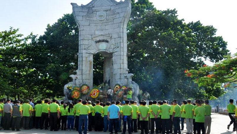 Dòng người lại đổ về Nghĩa trang liệt sĩ Trường Sơn để thắp hương tưởng nhớ