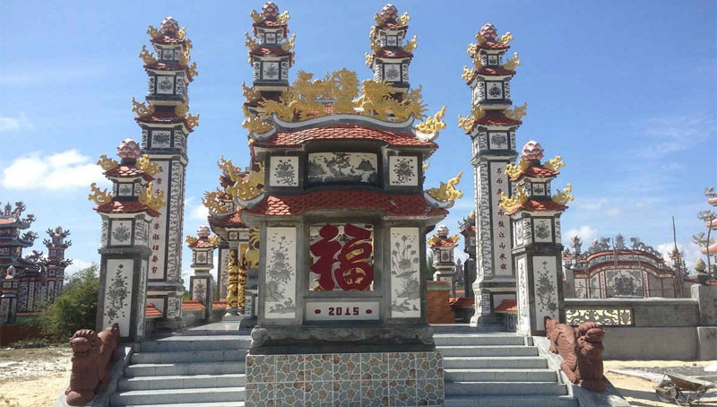 Khu lăng mộ được trạm khắc tinh sảo và sơn màu