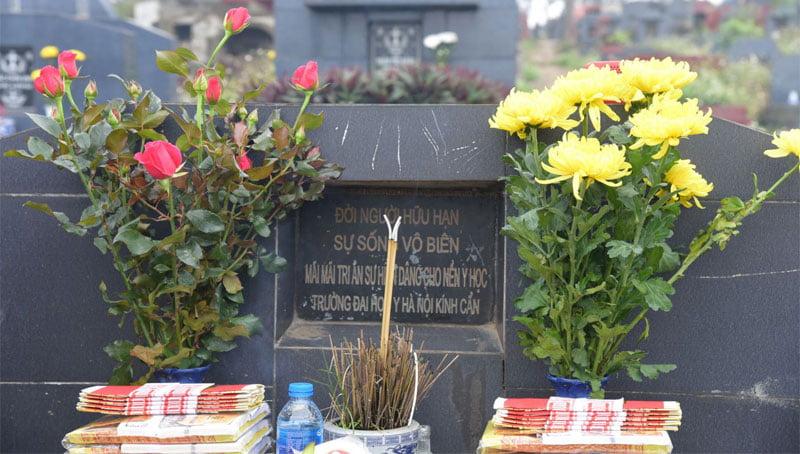 Thắp hương tại công viên nghĩa trang
