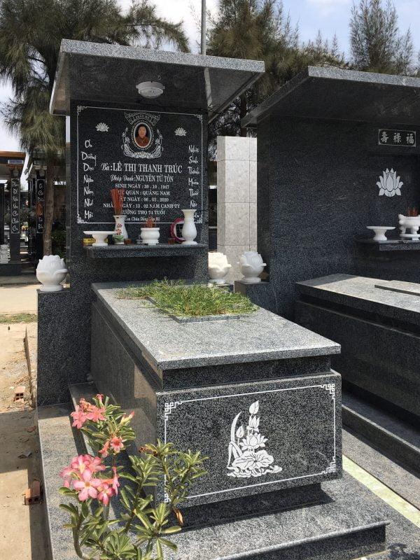 Một mẫu mộ đơn phổ thông đá granite được ưa chuộng vì chi phí không quá cao